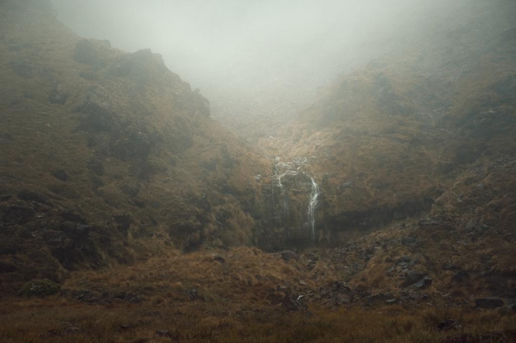 cascade sous la brume pendant le Tongariro Crossing