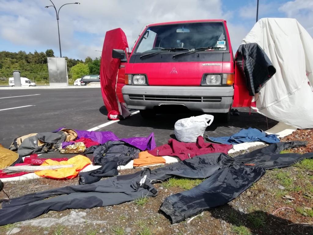 Van rouge L300 Avec du bordel devant